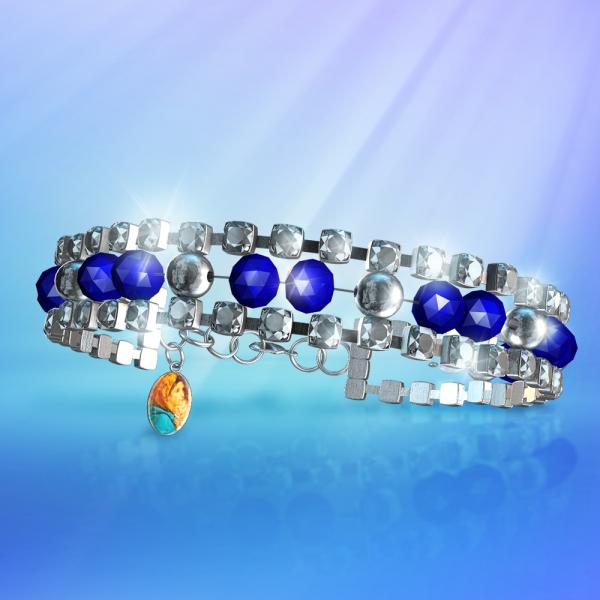Un bracelet en cristal bleu saphir orné de zircons avec une médaille de Marie et l'Enfant